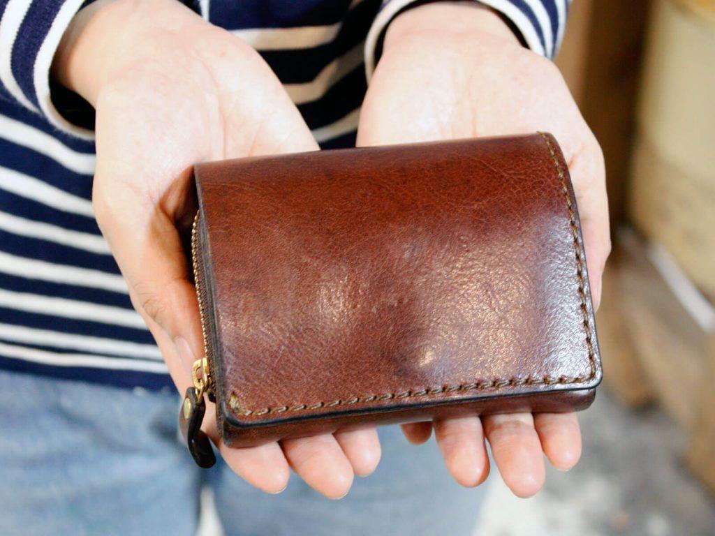 ヘルツ仙台店スタッフ 佐藤が愛用している小型の二つ折り財布 二