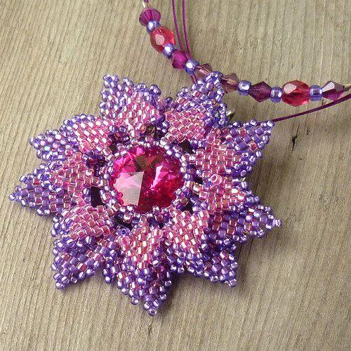 Beaded bezel flower with rivoli | Kvete mezi šeříky