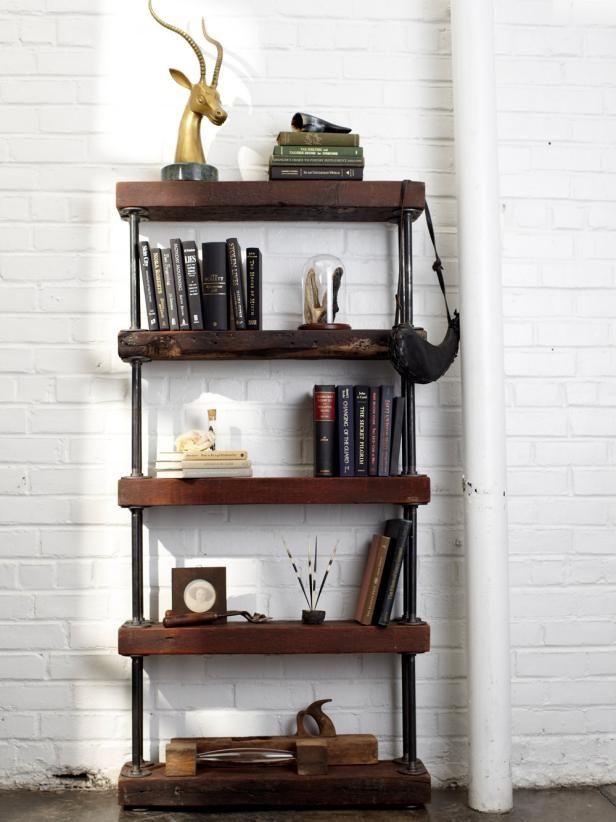 Estantería con tuberías y tablones de madera.