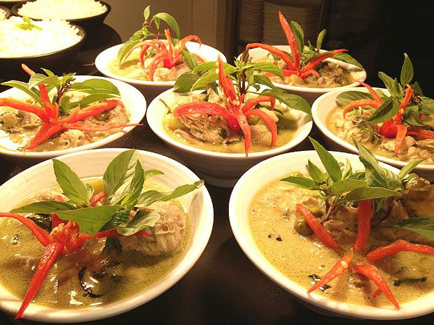 O Ken Kiaw Won Gai, clássico curry verde com receita da família real tailandesa, que o Namga serve durante a celebração do Ano Novo tailandês (Foto: Divulgação)