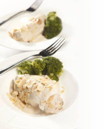 Pollo al curry con brócoli y almendras - Recetas  http://www.estampas.com/cocina-y-sabor/recetas/110123/pollo-al-curry-con-brocoli-y-almendras