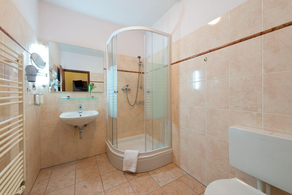 geraumiges hotel badezimmer modern am besten abbild oder cbaafcfeaaefebeaf