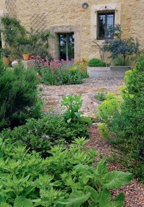Un Jardin En Terrasses Sur La Mediterranee Jardin Mediterraneen Jardins Amenagement Jardin
