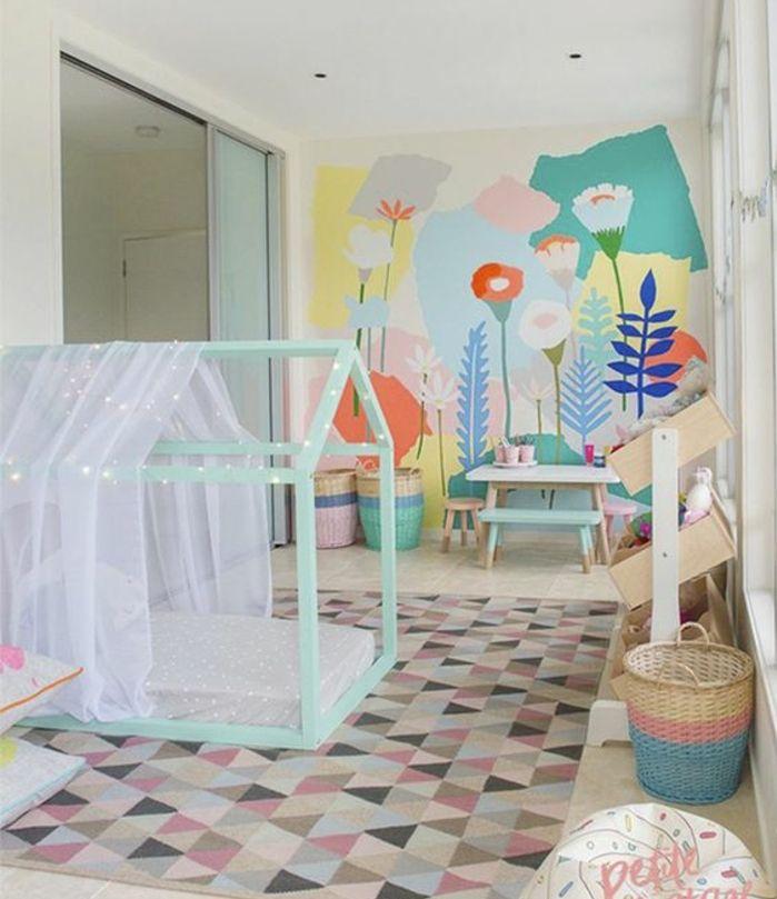 Tapis à triangles multicolores lit bébé montessori vert maisonnette ciel de lit mur
