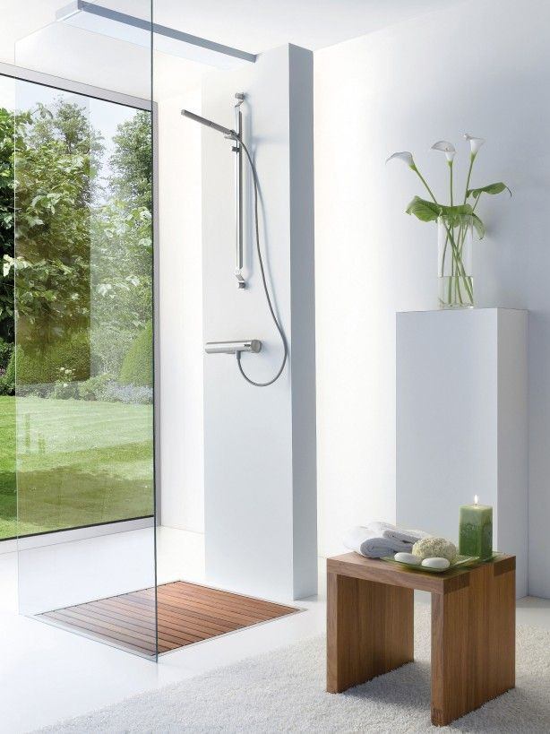 Douche met houten vlonder wat een prachtige open ruimte is deze badkamer de witte gietvloer - Open douche ruimte ...