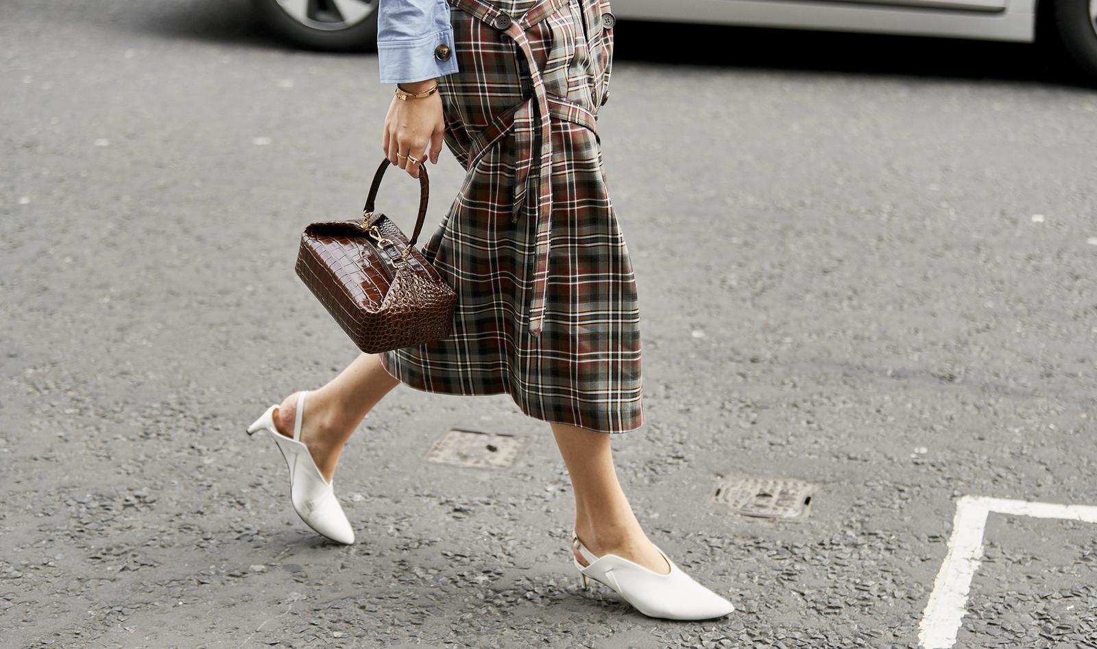 Questa gonna di Zara spopola su Instagram, e costa meno di 40 euro  Serve dire altro  is part of Zara Home Accessories Street Styles - La tendenza dell'Inverno 2019 è questa midi skirt amata dalle influencer