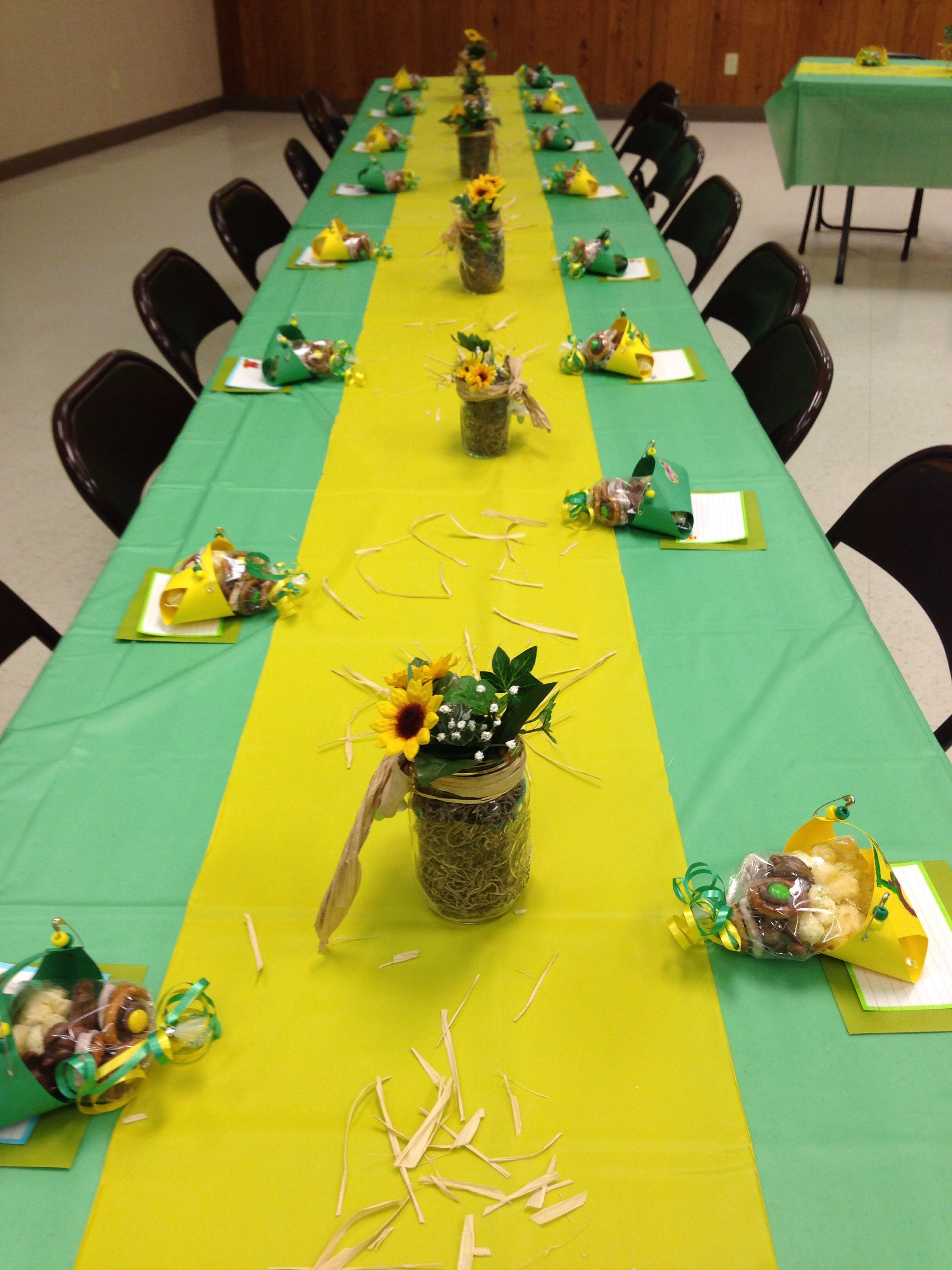 John Deere baby shower - Instead of doing the entire table just a yellow or  green strip down the middle.