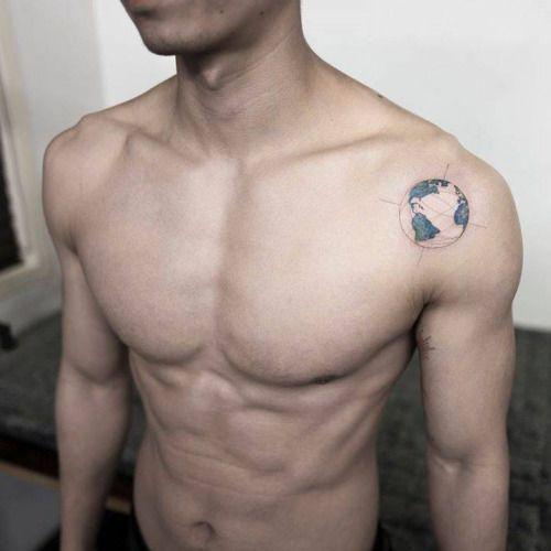 Planet Earth Tattoo On The Left Shoulder Tattoo Artist Ilwol Globo Tatuagens Tatuagens Pequenas No Peito Desenhos Para Tatuagem Masculino