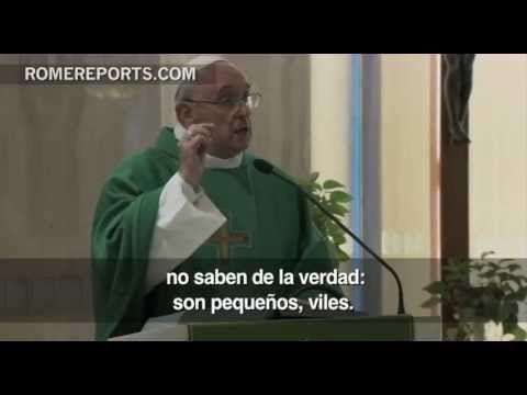"""Papa Francisco: La hipocresía en la piedad hace a las personas """" pequeñas, viles"""" - YouTube#at=31"""