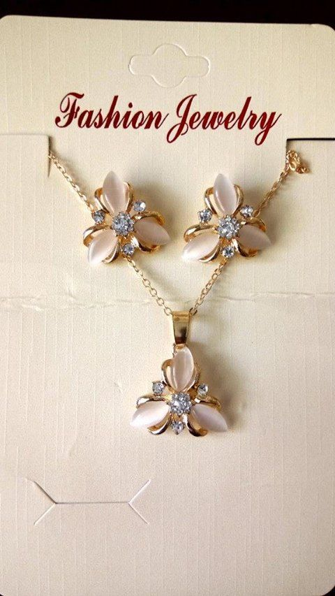 bfd6e3aa5dfc Set de joyas aretes y collar color nude a 25 soles. Vendido.