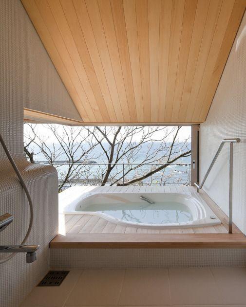 大きな窓から外の景色を取り込んだ開放的なバスルーム Wind Dyed House