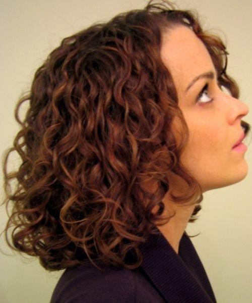 Atemberaubende mittlere lockige Frisuren für Frauen ...