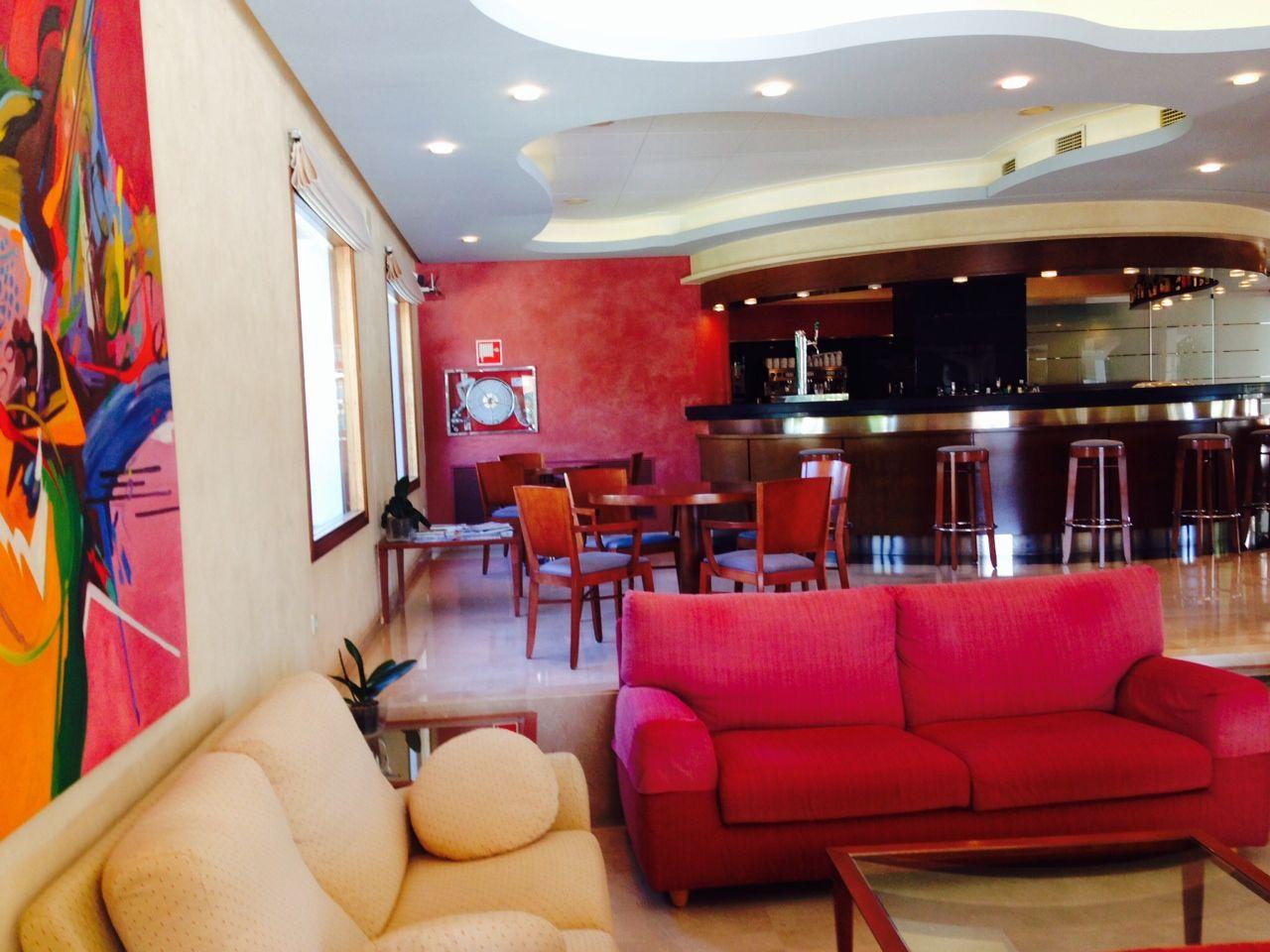 Cafetería El hotel está ubicado a pocos minutos de Figueres, ofrece un ambiente con una cálida atmósfera de un hotel de gestión familiar, además de unas instalaciones amplias y acogedoras.   Wifi gratuita. Parking gratuito. #emporda #dali #figueres #visitfigueres #incostabrava #holidays #hotel  www.bonretorn.com