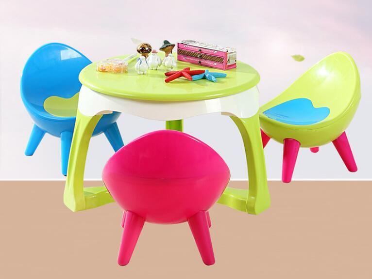 Overstuur kinderen tafel stoel. zoon terug stoelen en tafels