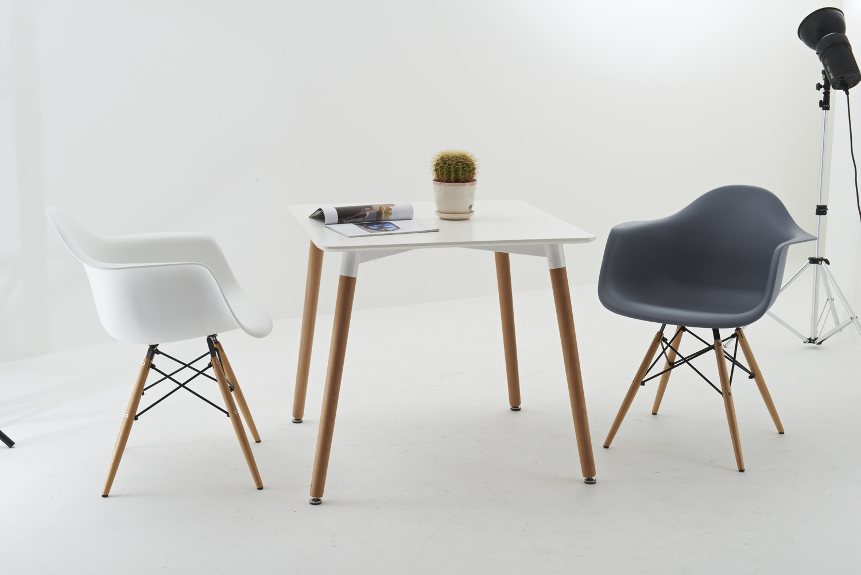 Inspirée de la fameuse chaise DAW de Charles Eames, ce modèle ...