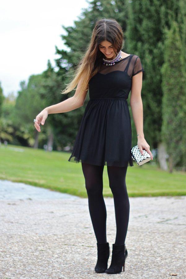 Vestido de noche con medias negras
