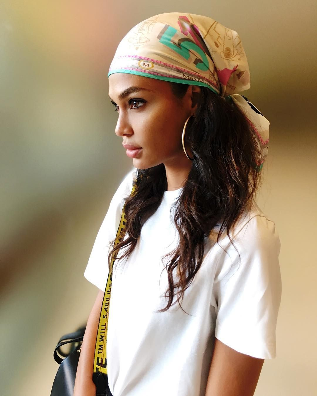 How To Wear A Scarf Emily Ratajkowski Joan Smalls And More Show Off The Summer S Hottest Hair Turban Headband Hairstyles Head Scarf Styles Hair Scarf Styles