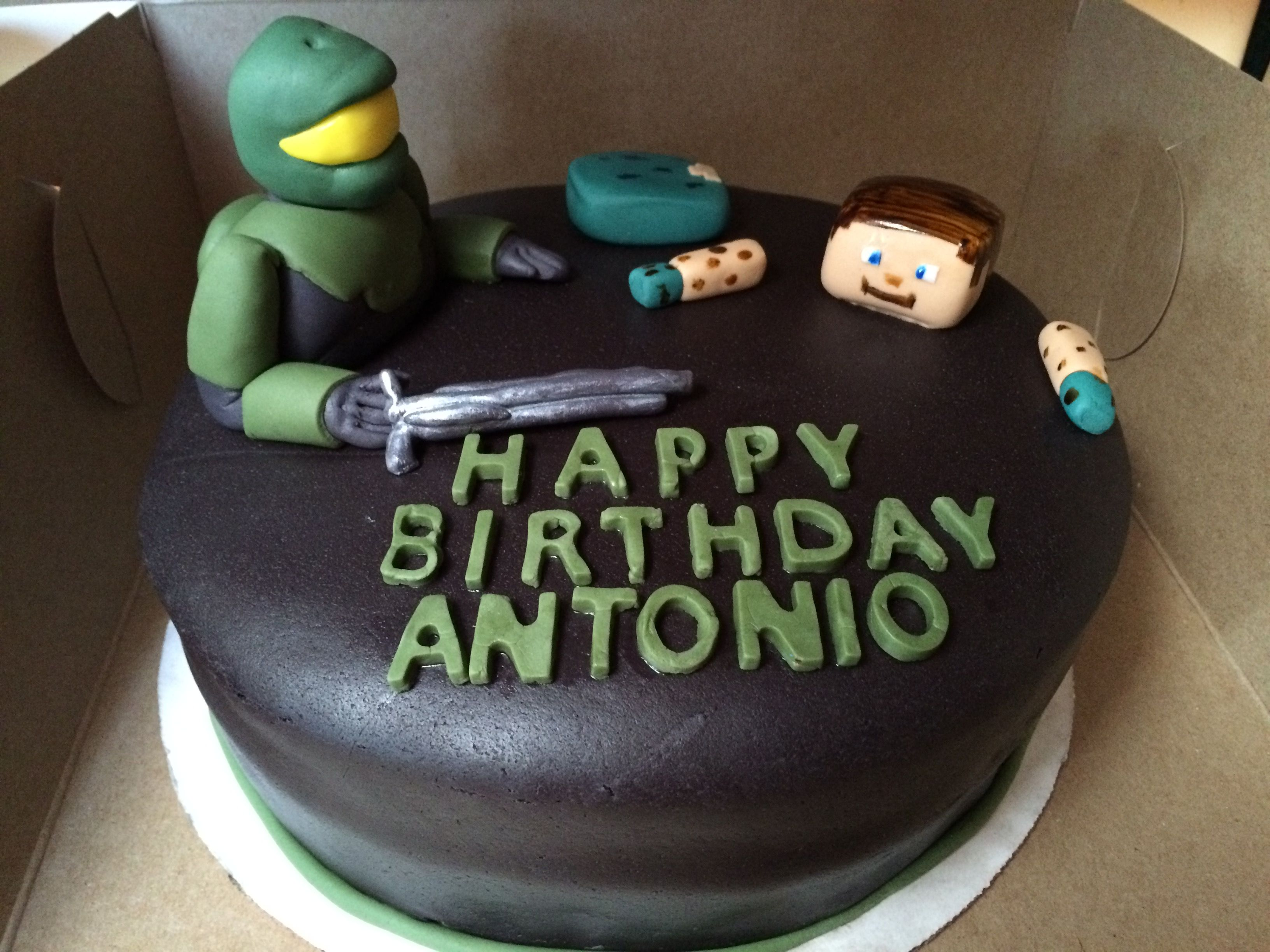 Fondant cake Halo Master Chief shooting Steve from Minecraft