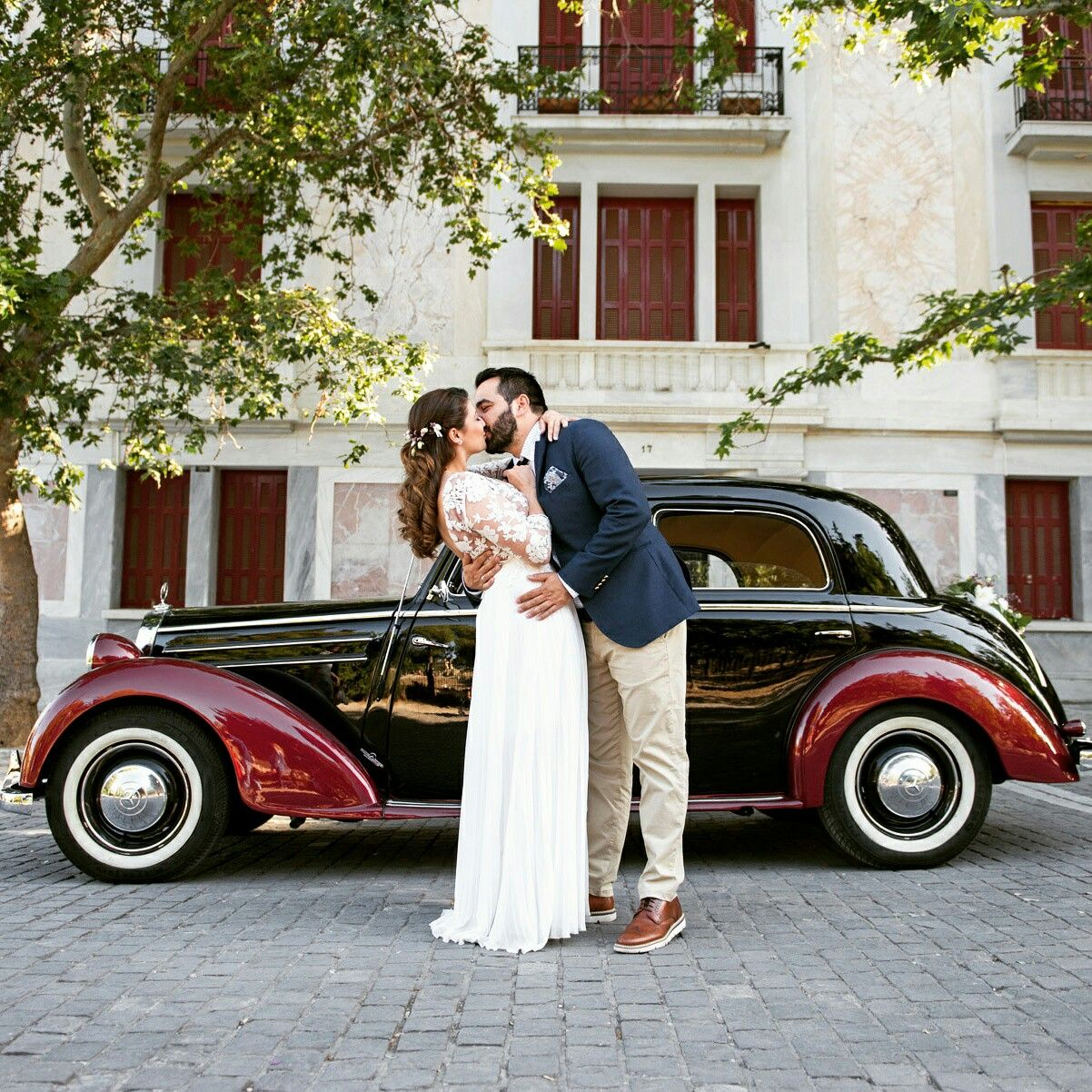 Wedding Portrait of Bride and Groom with Vintage Car Classic Wedding ...