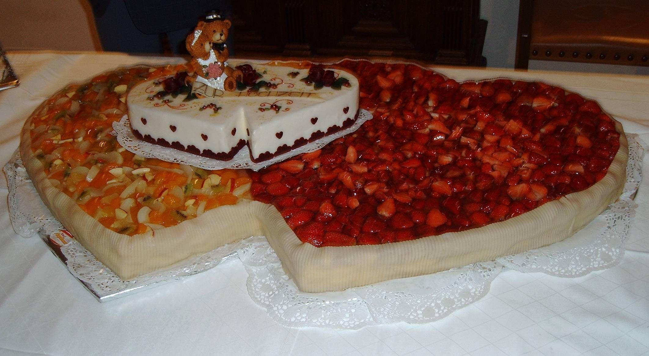 Obst- und Erdbeer-Herz mit kleiner Herz-Torte zum ...