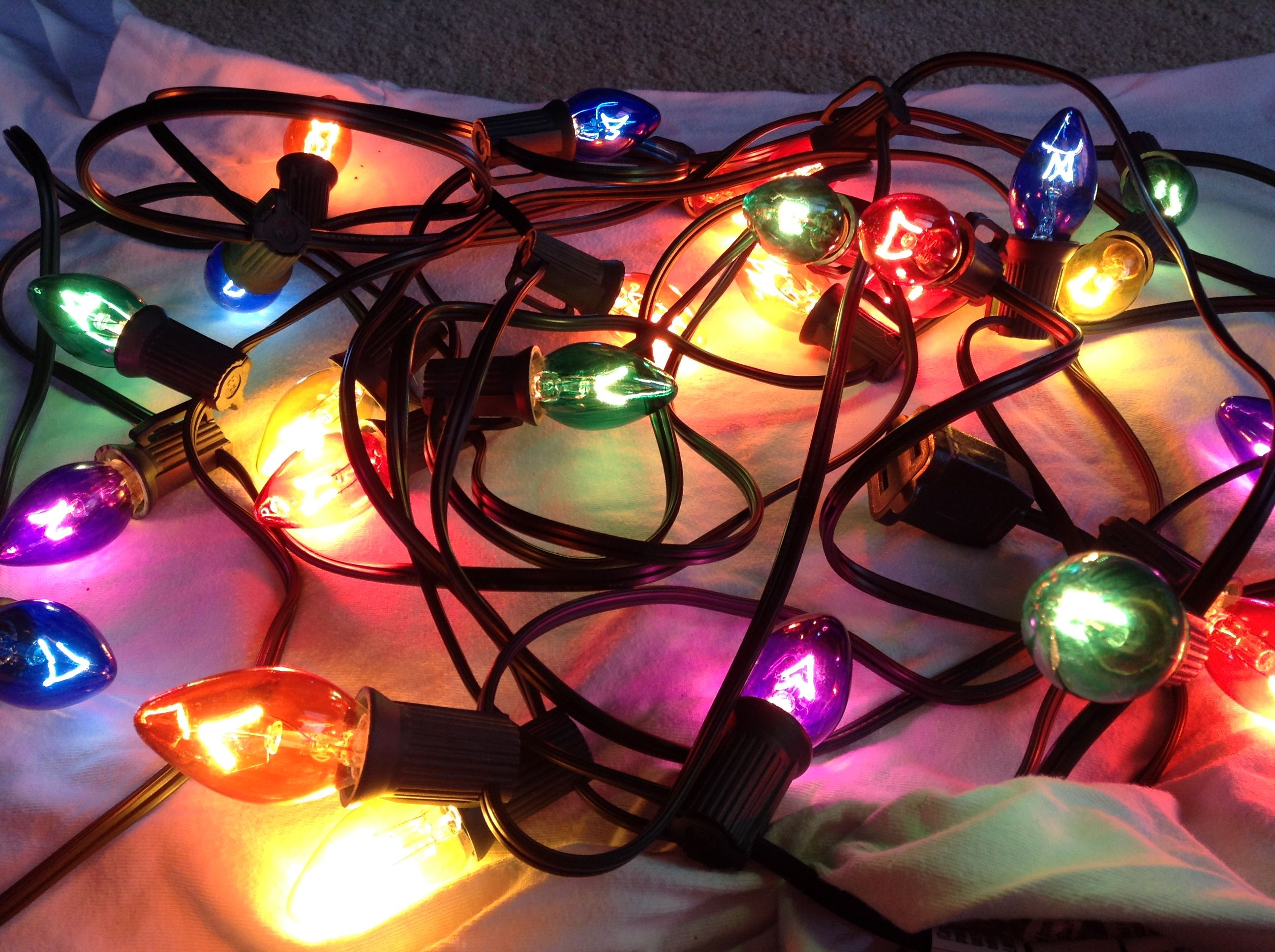 use sharpies to make clear christmas lights into colored lights you can make color combinations for any holiday