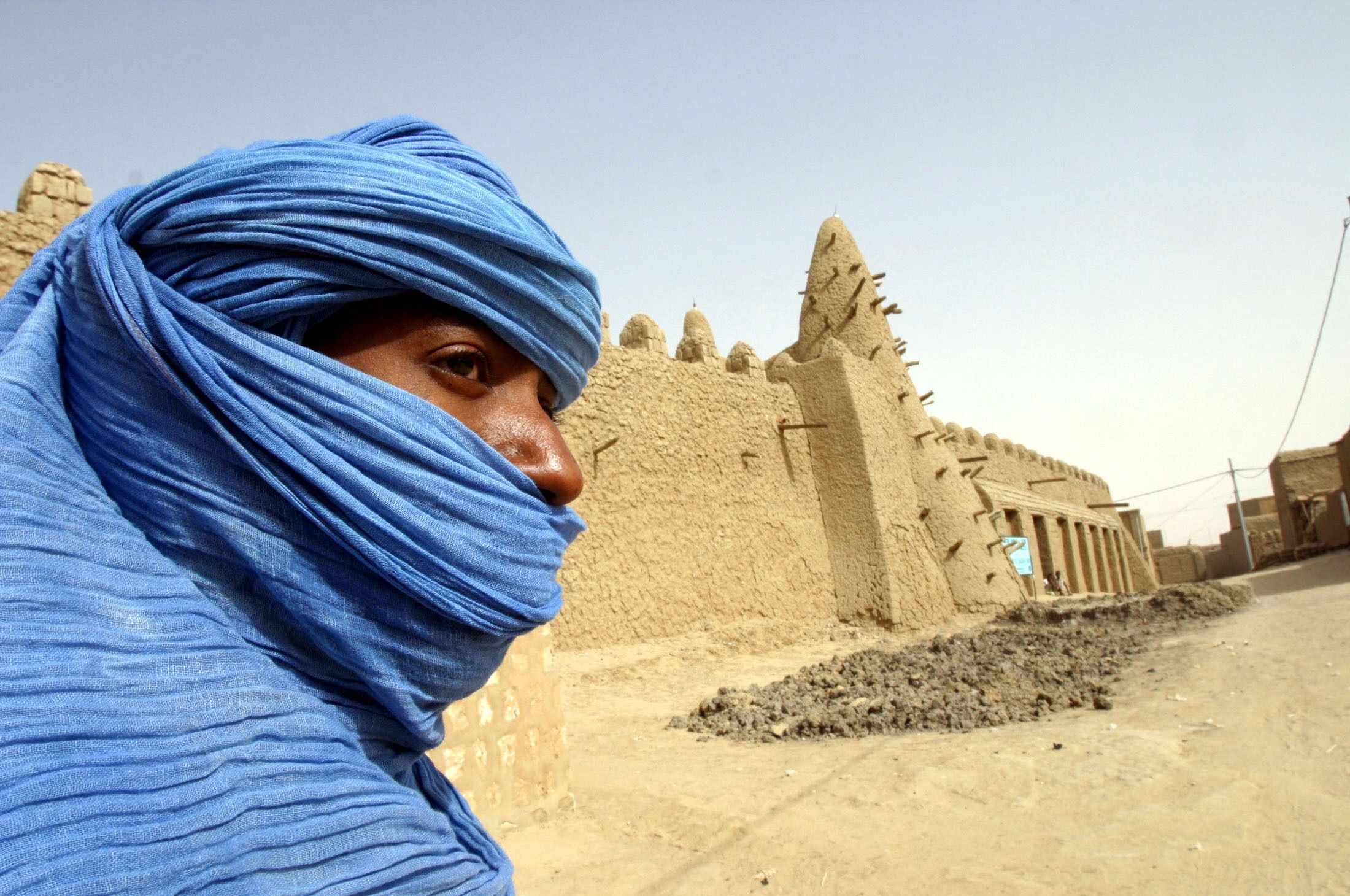 A Tuareg Nomad Stands Near A 13th Century Mosque In Timbuktu In This March 19 2004 File Photo To Match Story Mali Timbuktu 1001 Nacht Geheimnisvoll Geheimnis