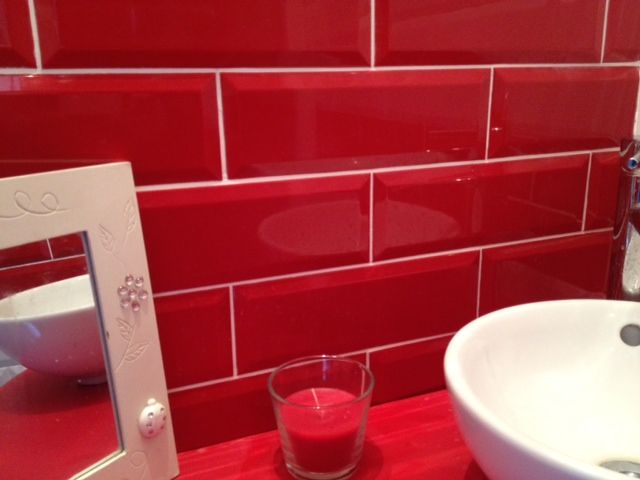 carreau mtro rouge 10x30 en crdence salle de bains - Accessoire De Salle De Bain Rouge