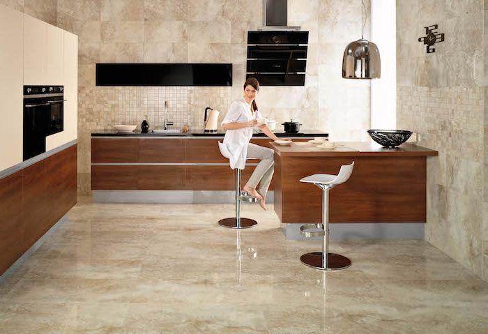 Bodenbelag Küche große keramische Fliesen eine Theke und zwei - bodenbelag für küche