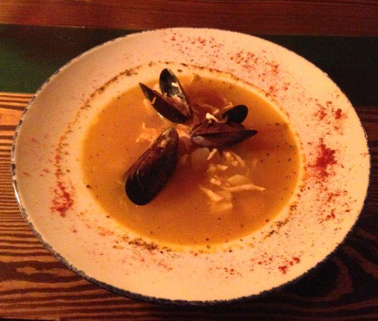 Суп с мидиями и курицей в паназианском стиле из меню Просто вино