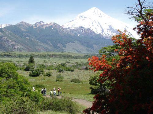 Villa Pehuenia volcán Lanín al fondo