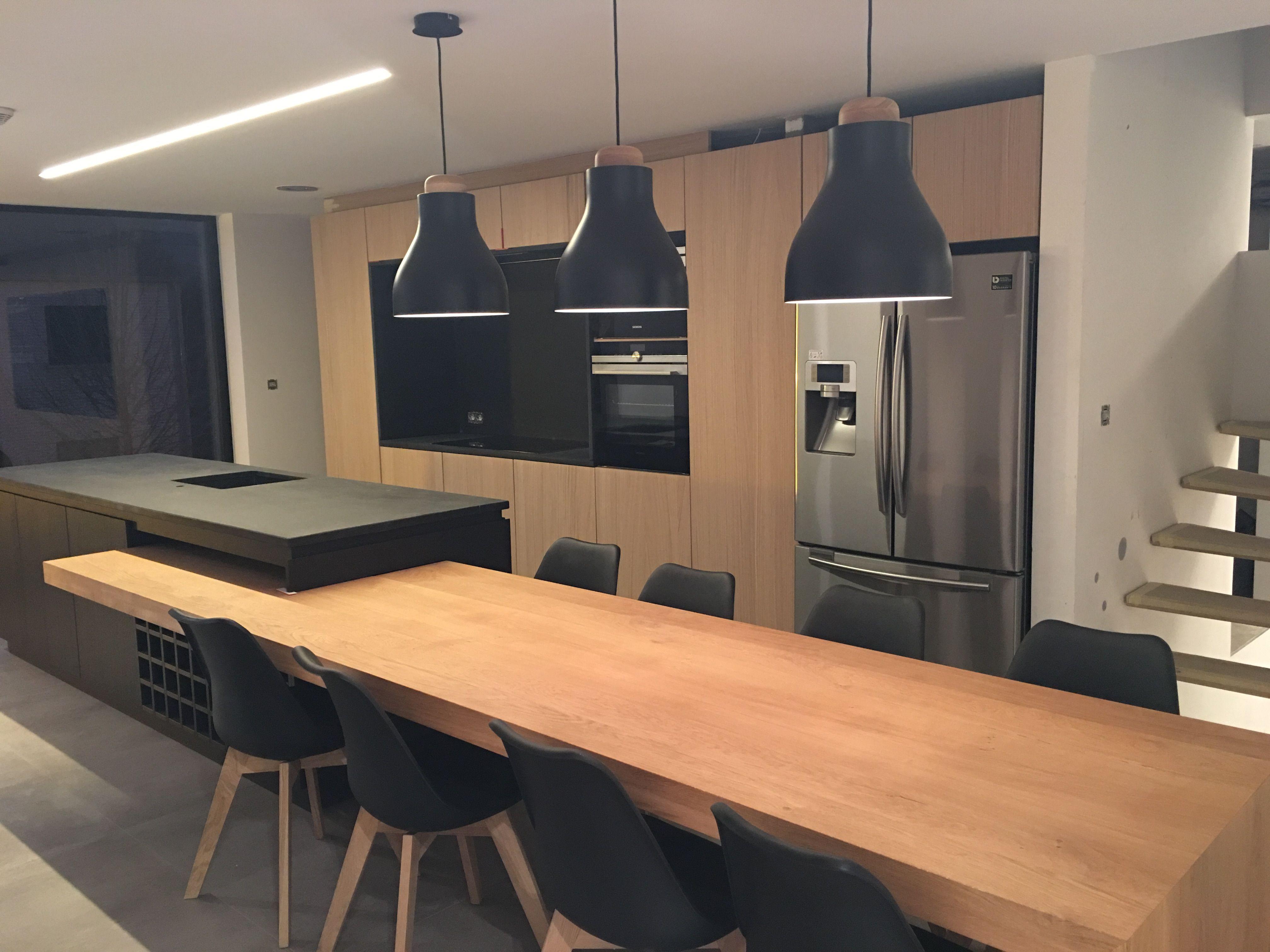 Cuisine noire et bois avec ilot cuisine ouverte - Plan de maison avec cuisine ouverte ...