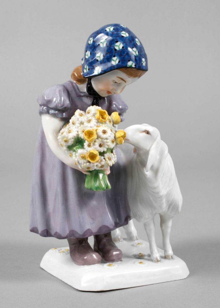 """Meissen Mädchen mit Schaf Entwurf Max Bochmann 1908, geritzte Modellnummer """"Z134"""", blaue Knaufschw — Jugendstil, Art Déco, WMF, Gallé, Daum, Loetz, Wien"""