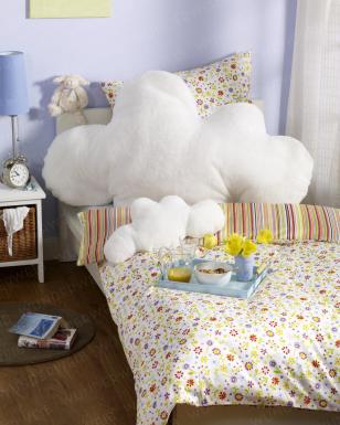 Sie wollten schon immer wie auf Wolke Sieben schlafen? Nähen Sie sich ein überdimensionales Kissen in Wolken-Form.