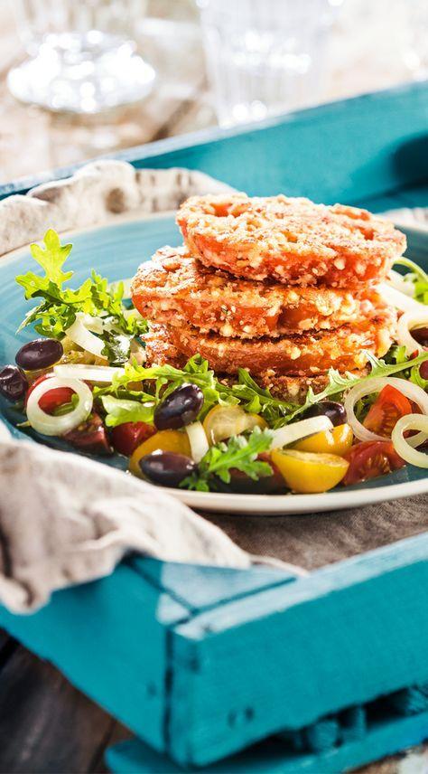 Panierte Tomatenscheiben auf Rucola mit Feta #patros #kaese #rezept #snacks #feta #veggie #tomaten #rucola