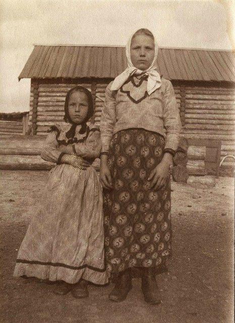 Девочки-крестьянки из д. Ярки Енисейского уезда в праздничной одежде. 1900-е годы.