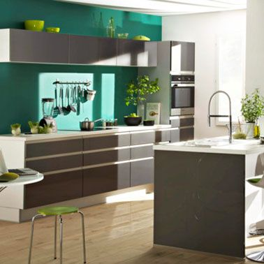 peinture cuisine couleur vert émeraude et meubles platine but