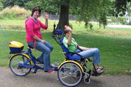 zwei junge menschen auf einem tandem fahrrad f r. Black Bedroom Furniture Sets. Home Design Ideas