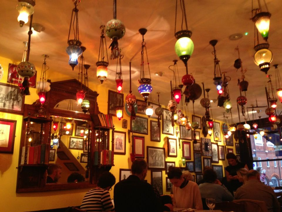 Gallipoli à Islington, Greater London. authentic Turkish food / really tasty / huge portions / very cheap / great atmosphere with hundreds of lamps hanging from the ceiling