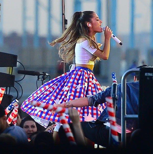 Ariana Grande Christmas Wallpaper: Best Dressed Celebrities This Week