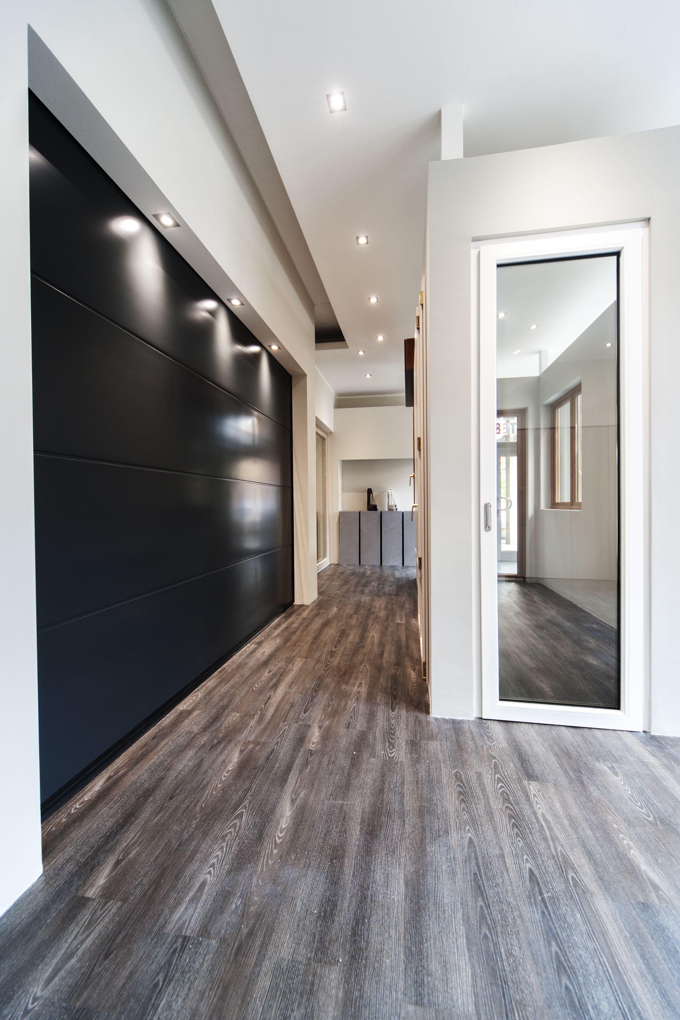 Portoni da garage e porte da interni in questa foto del for Corso design interni milano