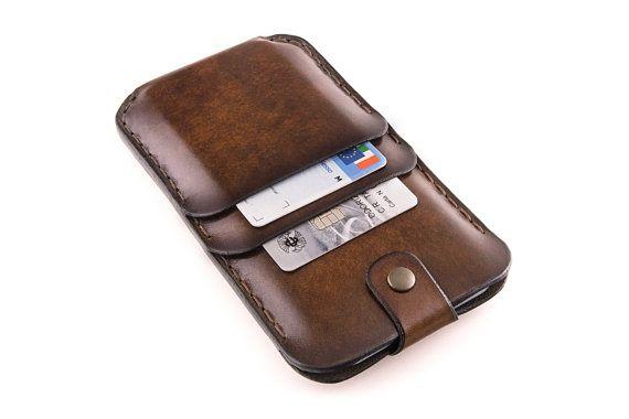 KEINE METALLTEILE BERÜHREN DAS IPHONE! Die zentrale Tasche, die das Telefon halten ist ausgekleidet mit einem weichem Wildleder-Leder, die das iPhone aus Metall Knöpfe zu schützen.  Der Verschluss-Gurt helfen Sie Ihr iPhone aus dem Gehäuse nehmen. Ziehen dem Gurt des Telefons ist ausgezogen!  Dies ist keine Nähmaschine-Produkt, sondern eine hochwertige Leder-Etui, kundenspezifisch konfektioniert. Es ist sorgfältig handgefertigt in Italien, im Herzen des Trentino, mit full-Grain-italienische…