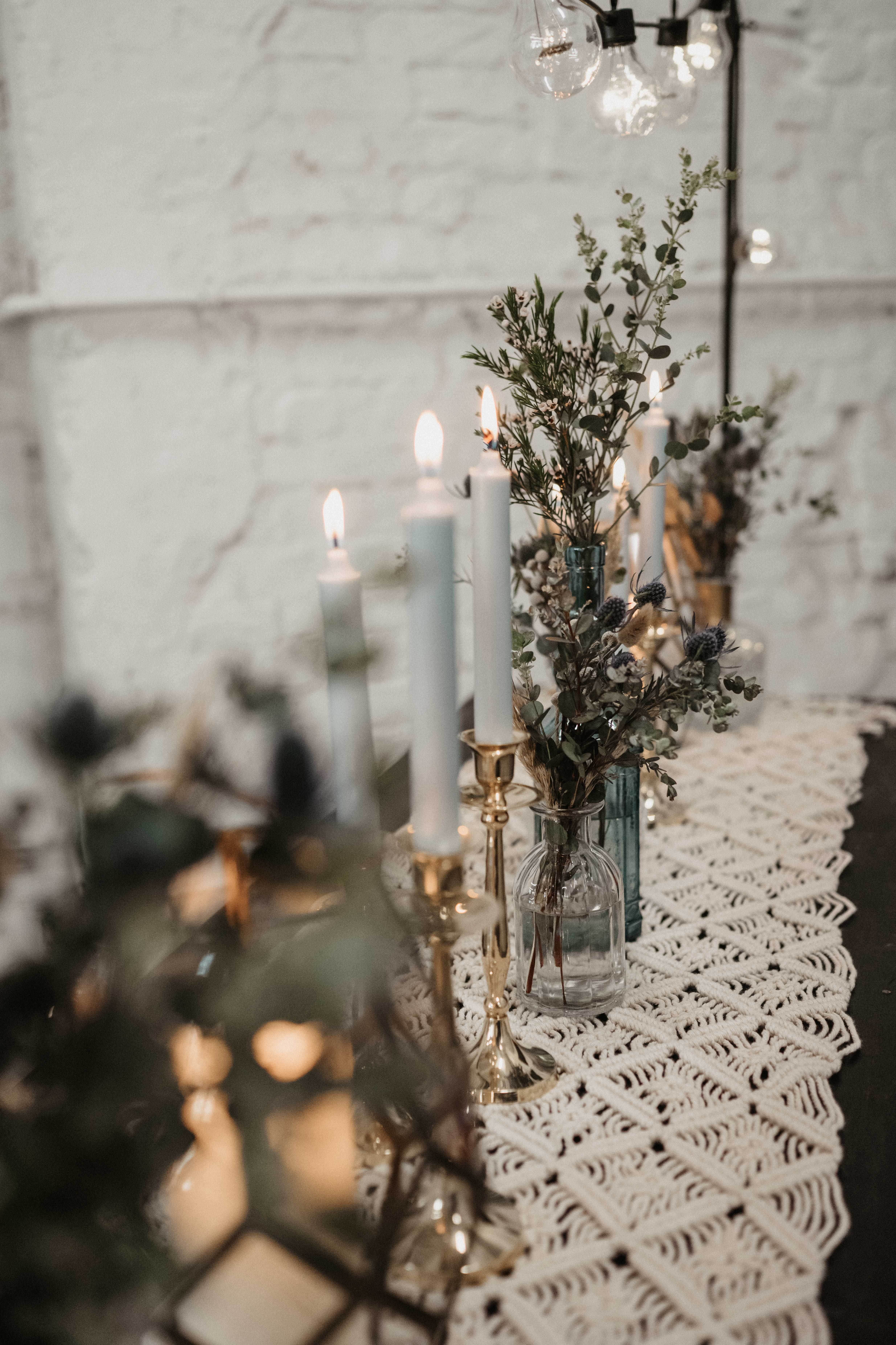 Rauchblaue Kerzen Mit Goldakzenten Passen Wunderbar Auf Den