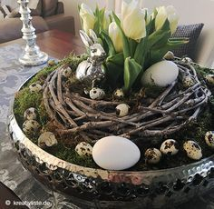 osterdeko basteln mit tulpen moos kranz und eiern blumendeko pinterest ostern. Black Bedroom Furniture Sets. Home Design Ideas