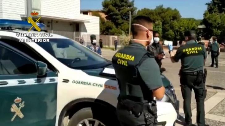 La Guardia Civil Realiza Controles De Trabajadores Que Acuden A La Campaña De Recolección De Fru Guardia Civil Cuerpo Nacional De Policia Estación De Autobuses