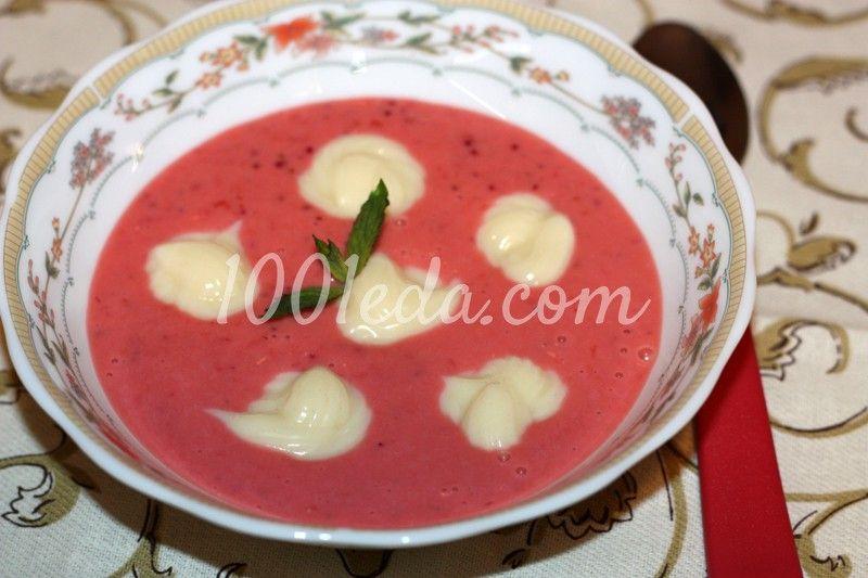 Ароматный клубничный суп со сливками и заварным кремом