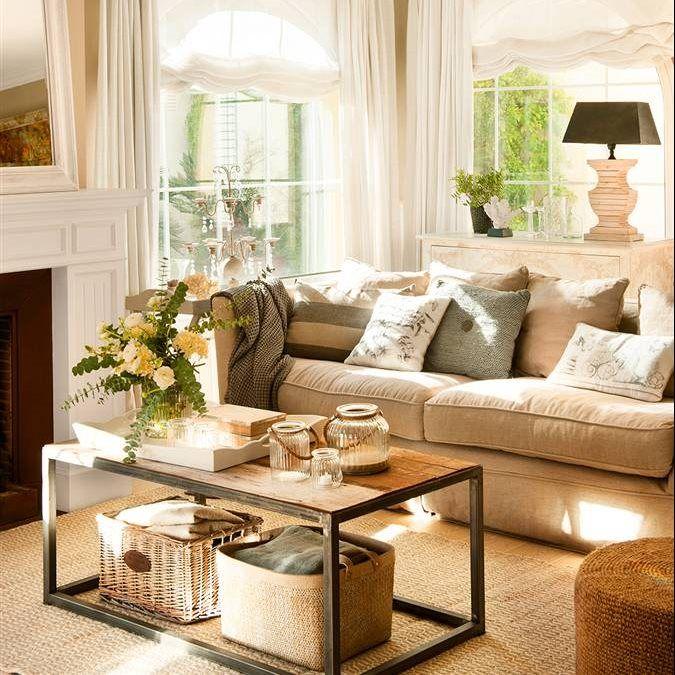 Salón en tonos neutros con sofá beige, cojines grises y marrones