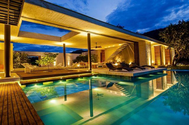 luxus-haus-mit-außenpool-rechteckiges-design-sonnenliegen - luxus landhuser
