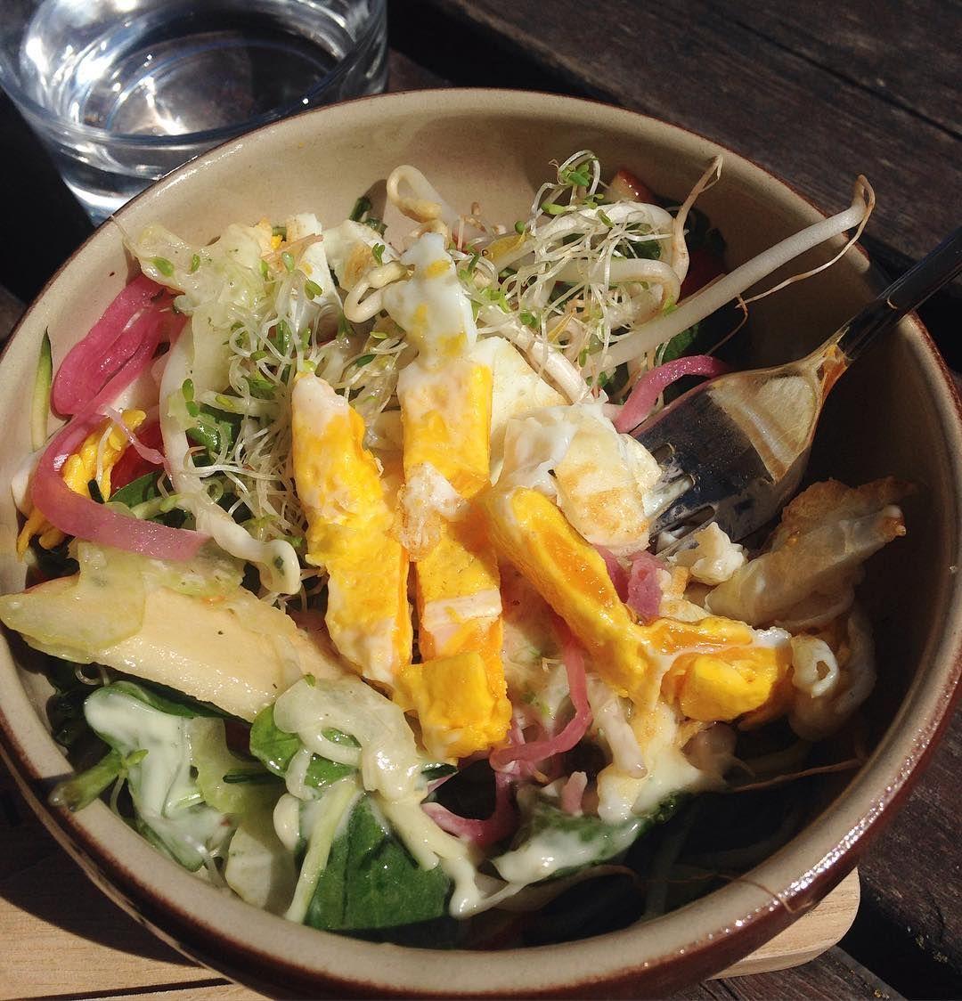 Nam! Beste salaten jeg har spist på lenge - så mye godt på en gang! @lilletoyenkolonial kan det