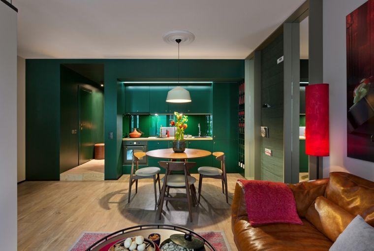 Cucina soggiorno ambiente unico, parete di colore verde, arredamento ...