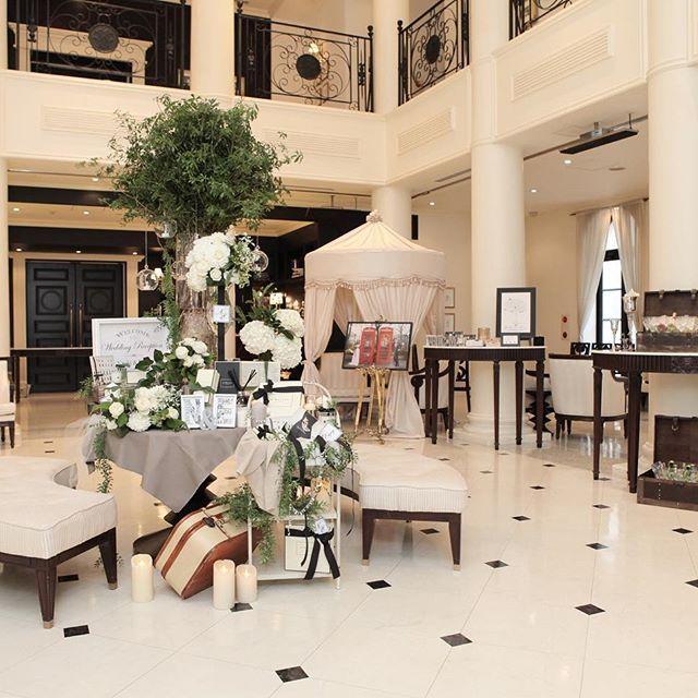 会場ロビー。 ウェルカムスペースは私たちのこだわりがたくさん。 フロント部分以外にもトランクの中にボトルのお酒を置いたり、ロンドンのスペースには大きいウェルカムボードを。  #weddingtbt#ウェルカムスペース#ロビー#プレ花嫁#卒花#山手迎賓館